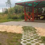 Площадка рядом с барбекю покрыта щепой